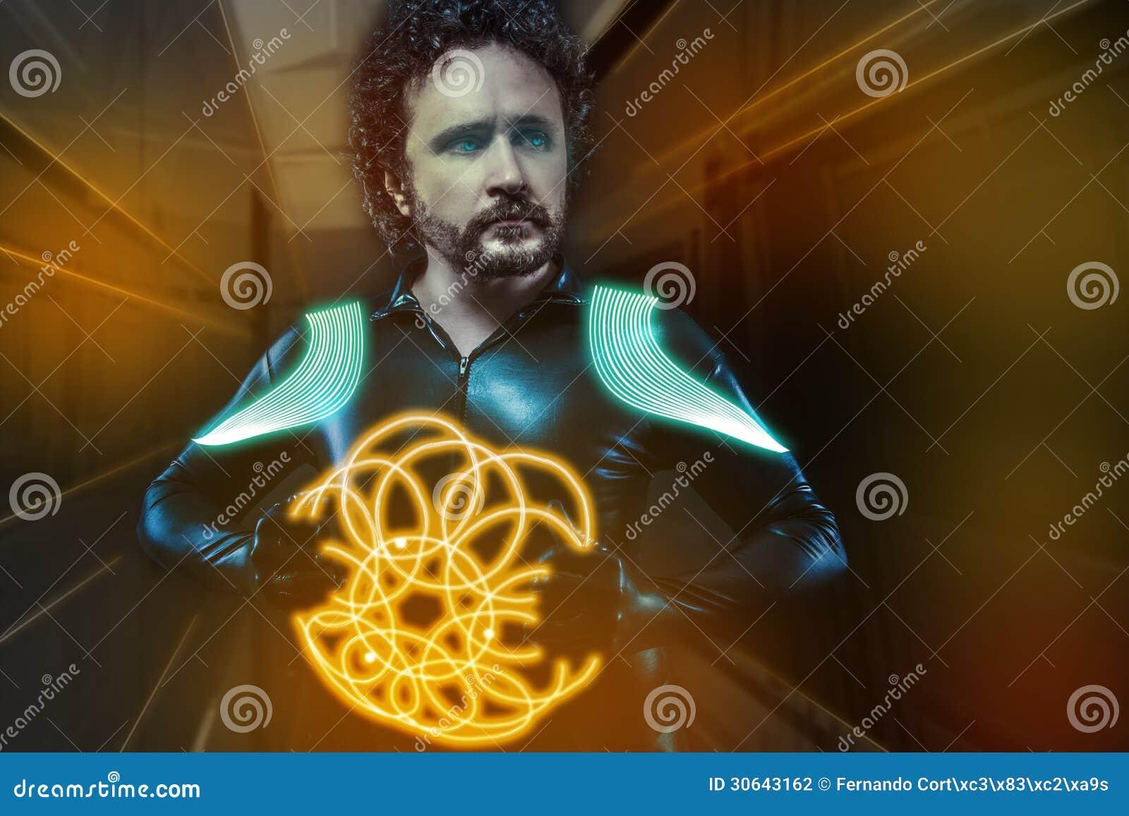 Будущий воин, костюм латекса ратника и футуристическое оружие, апельсин