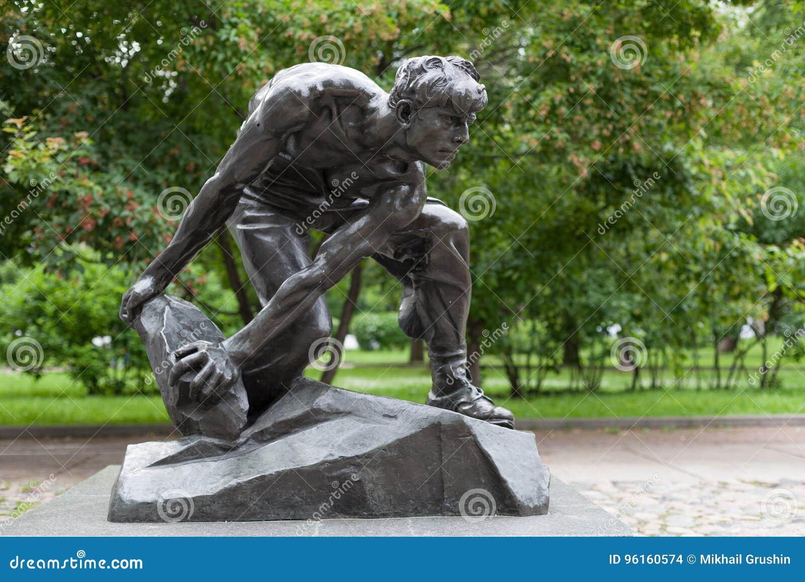 Булыжник по мере того как оружия скульптуры 5 пролетариата 07 2017