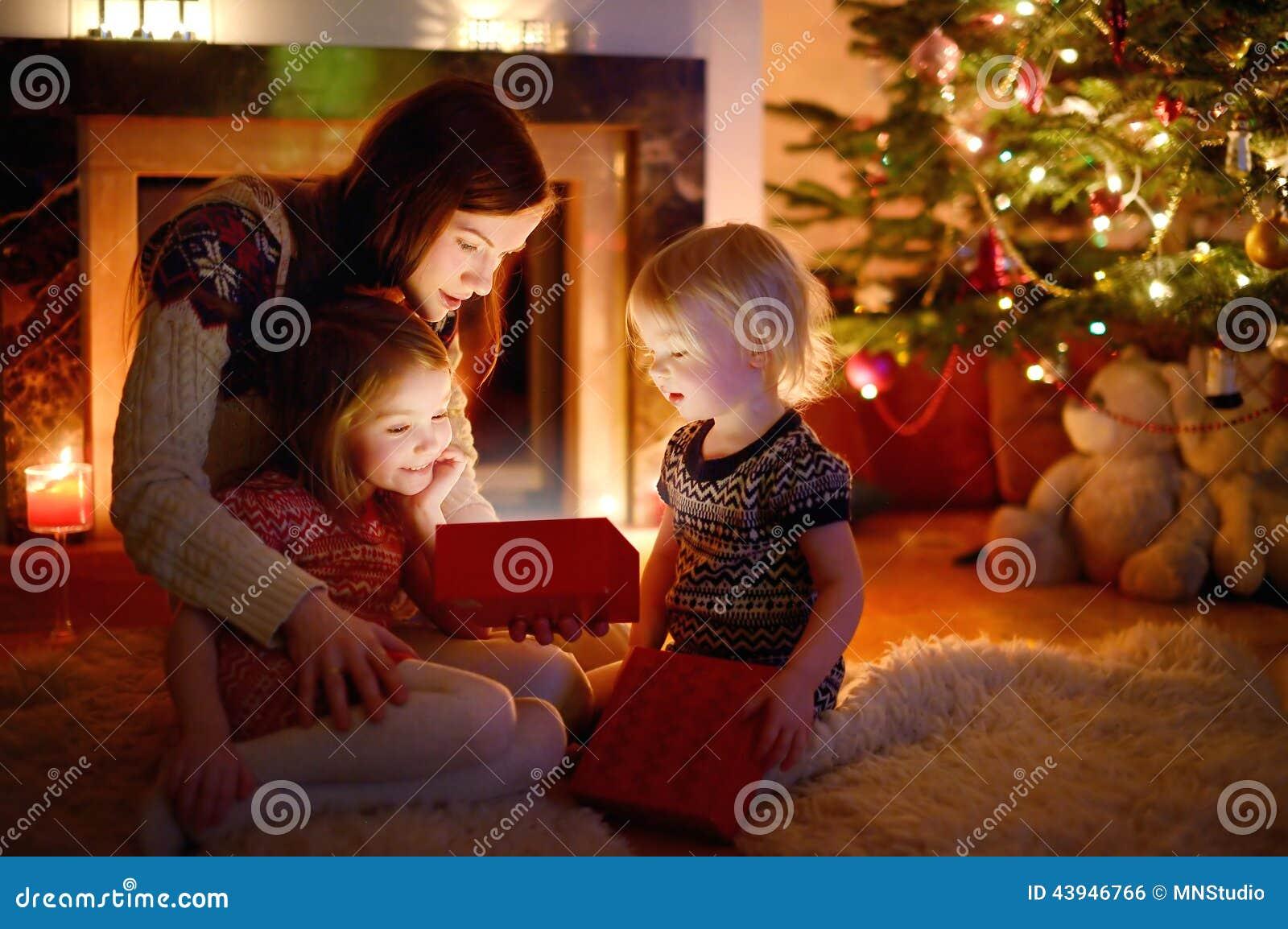 Будьте матерью и ее дочери раскрывая подарок рождества