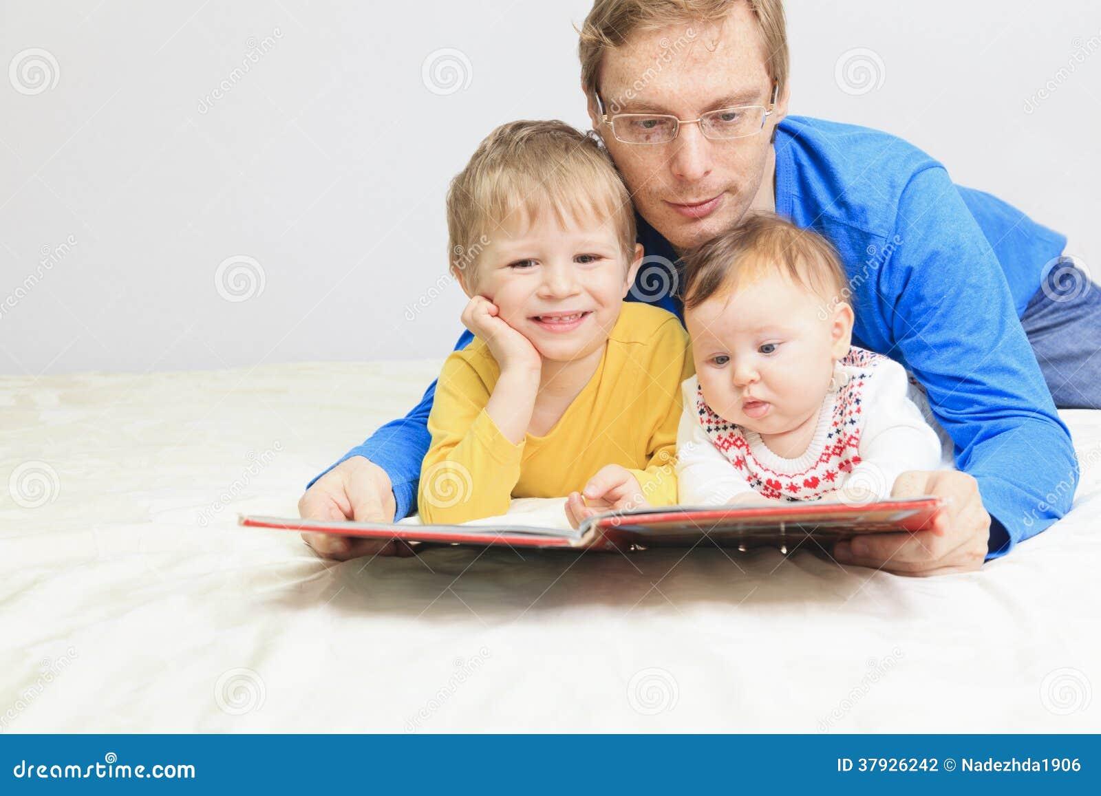 Будьте отцом и книга чтения 2 детей в кровати