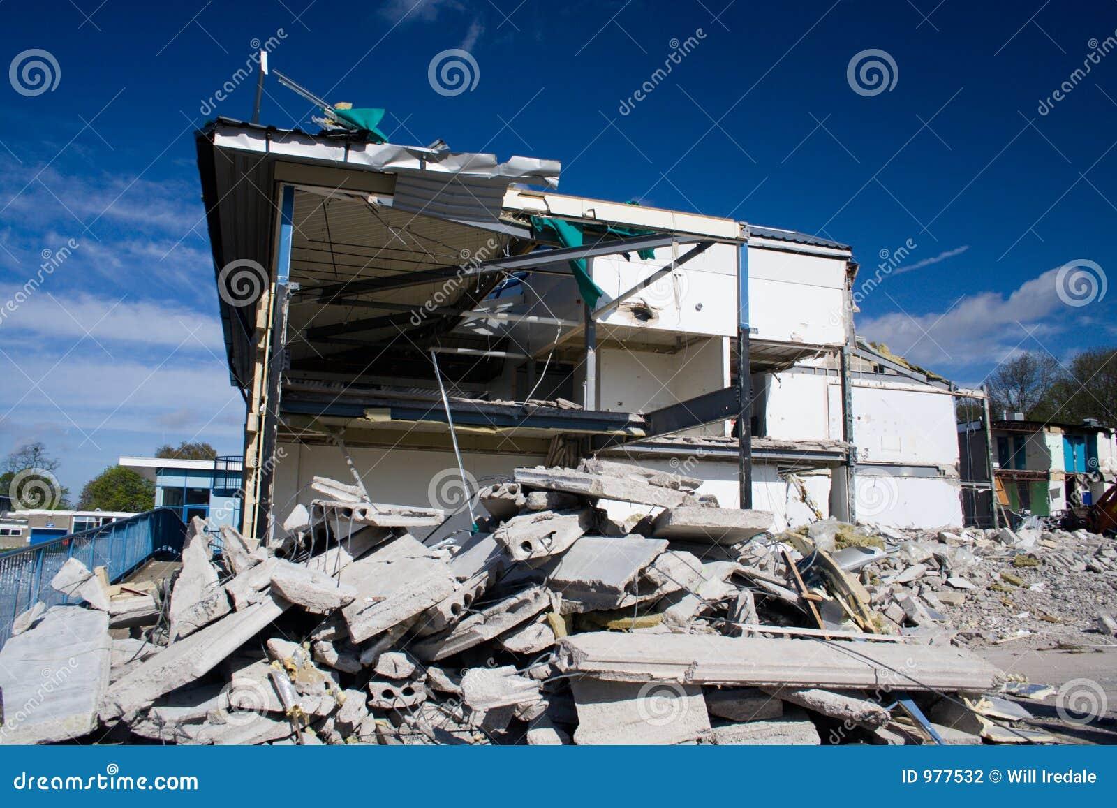 был сокрушенным зданием