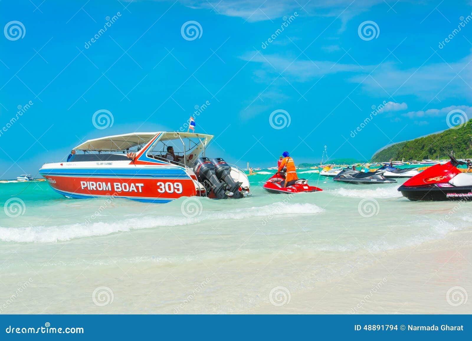 Быстроходные катера, jetski и турист на пляже