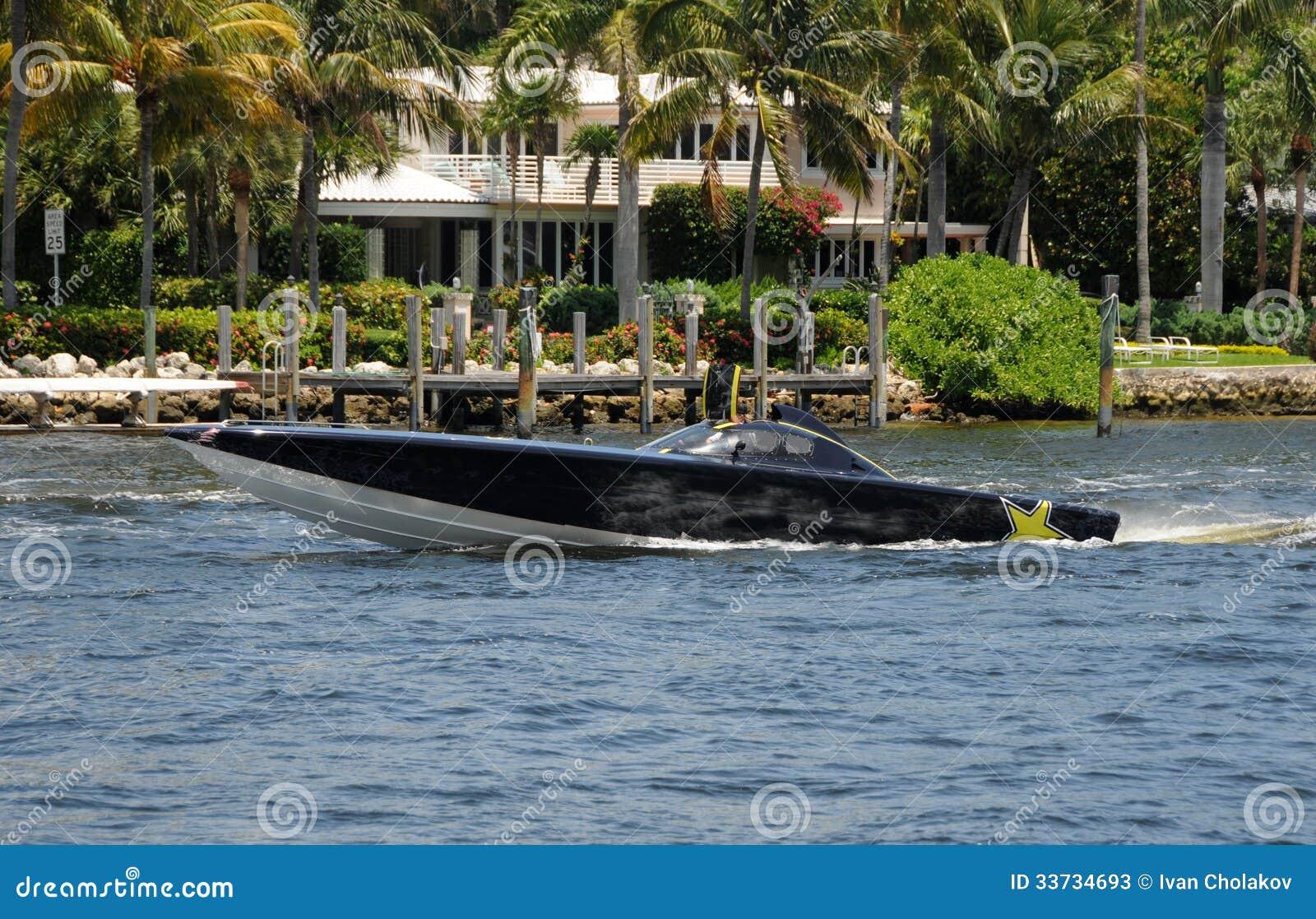 Быстроходный катер в тропиках