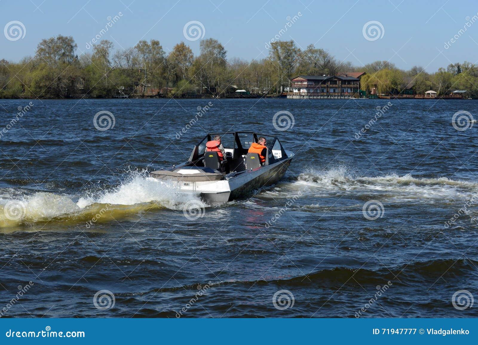 Быстро пройдите ka-Khem 730 шлюпки на реке Москве