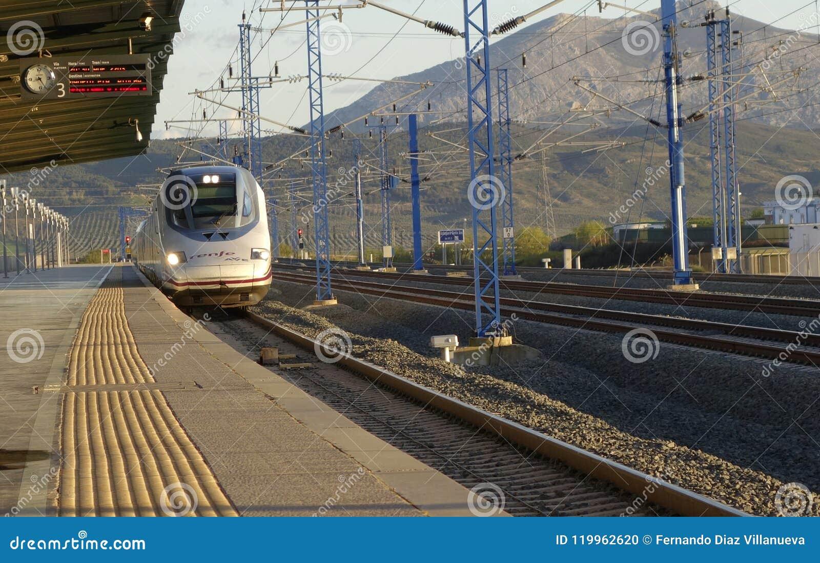 Быстрый ход AVE S-102 Renfe от laga ¡ MÃ возглавляя к Мадриду-Atocha на железнодорожном вокзале Antequera-Санты Анаа