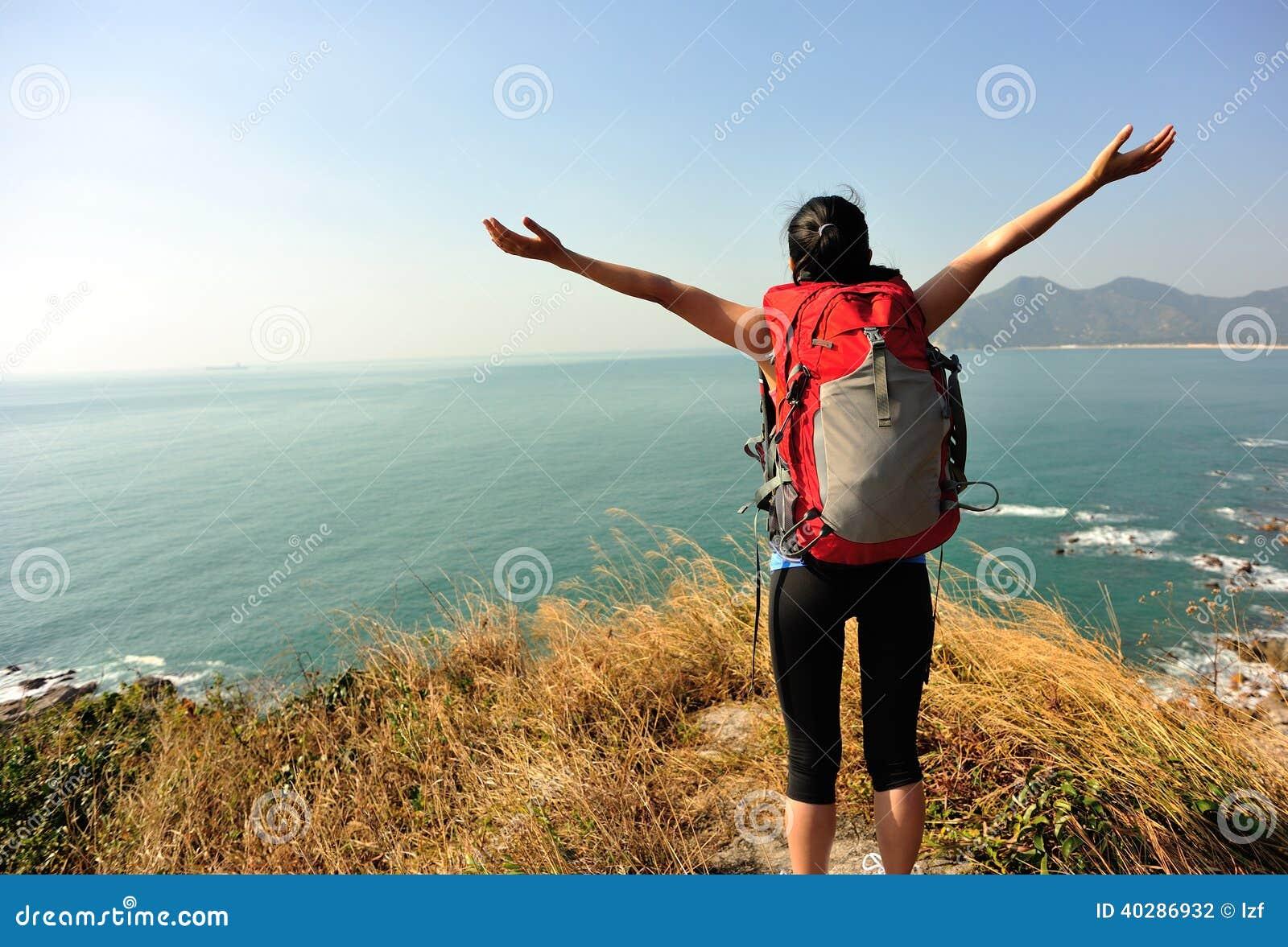 Благодарная пешая гора взморья женщины
