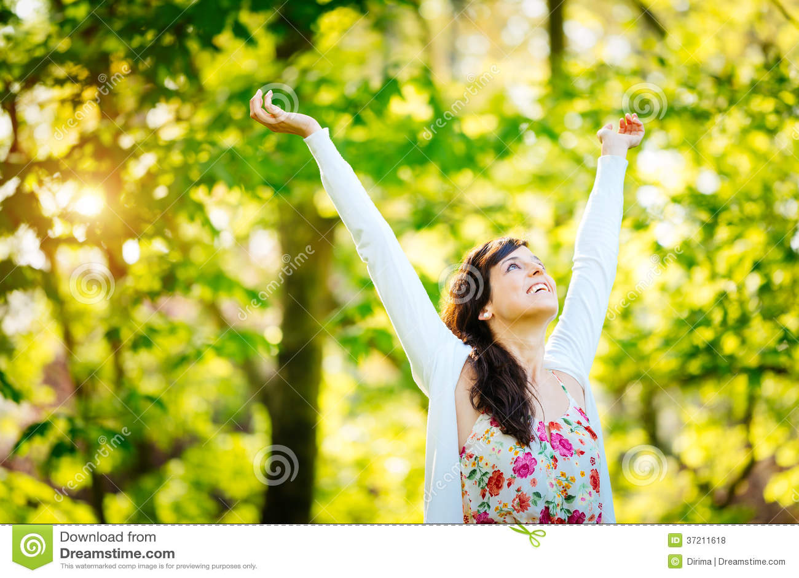 Блаженная женщина наслаждаясь свободой на весне