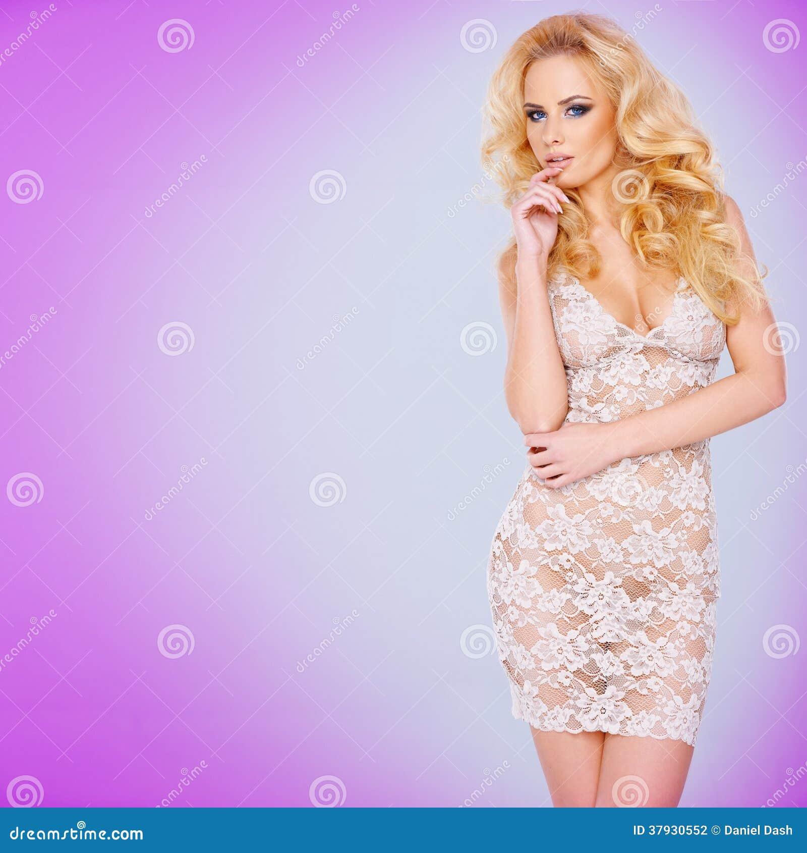 Блестящее молодое белокурое в a видеть-через платье