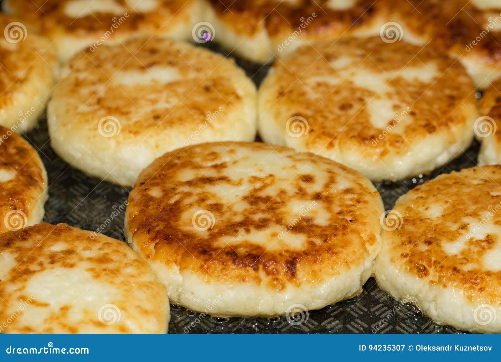 Блинчики творога сыра в конце сковороды вверх