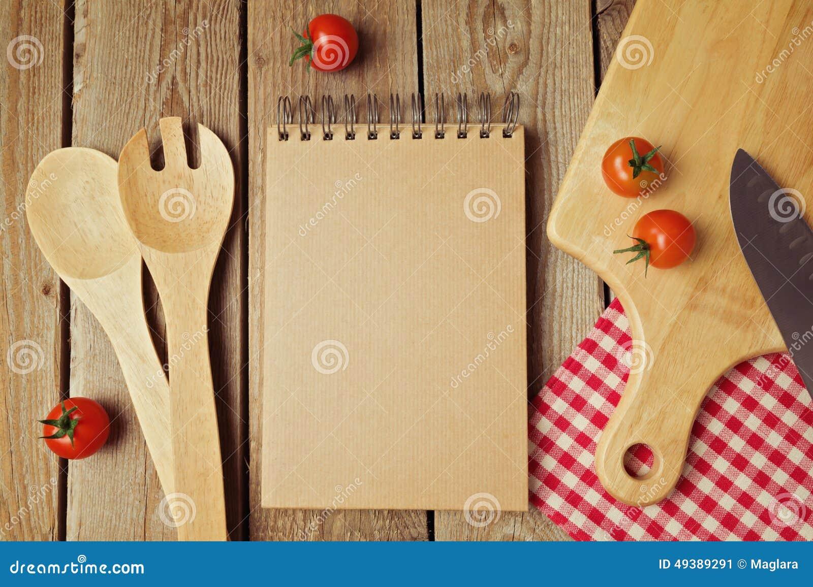 Блокнот картона с утварями кухни на деревянном столе над взглядом