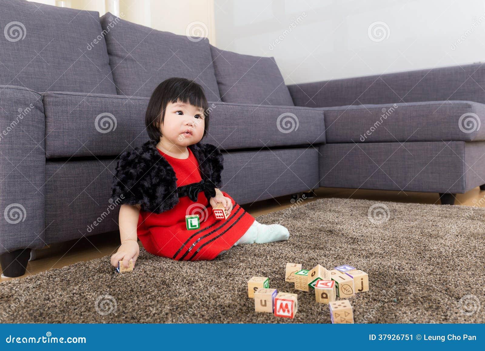Блок игрушки игры маленькой девочки