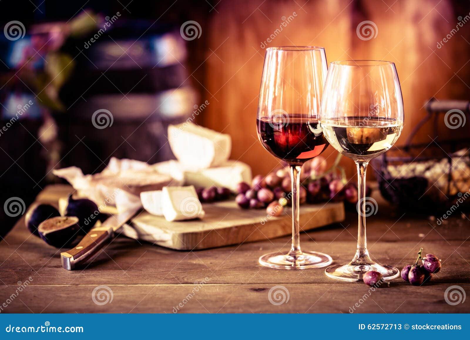 Блюдо сыров с вином перед огнем