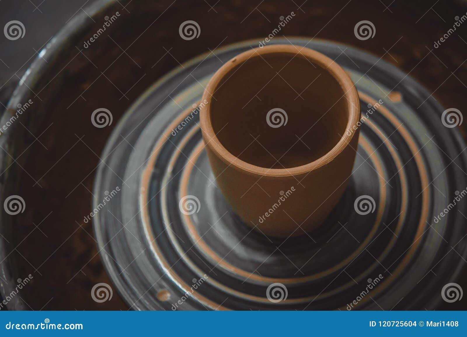 Ваза от свежего колеса ` s гончара twirl поворота глины