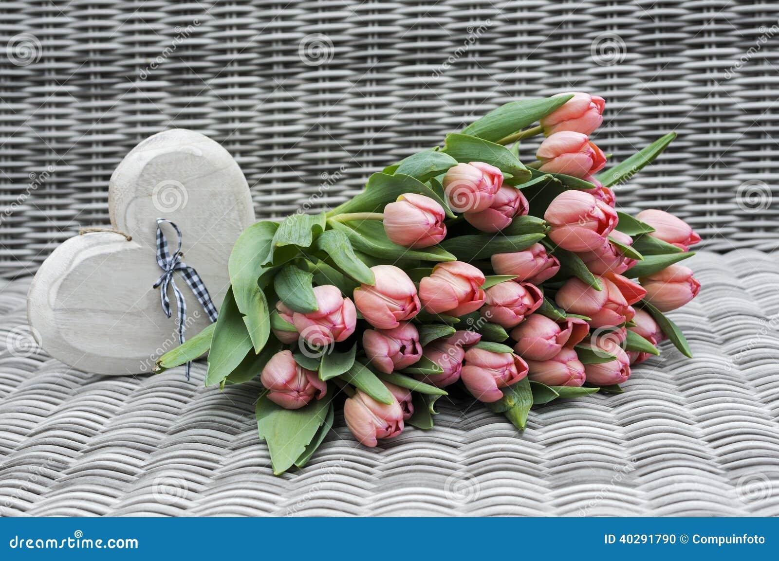 2 вазы с розовыми цветками тюльпана