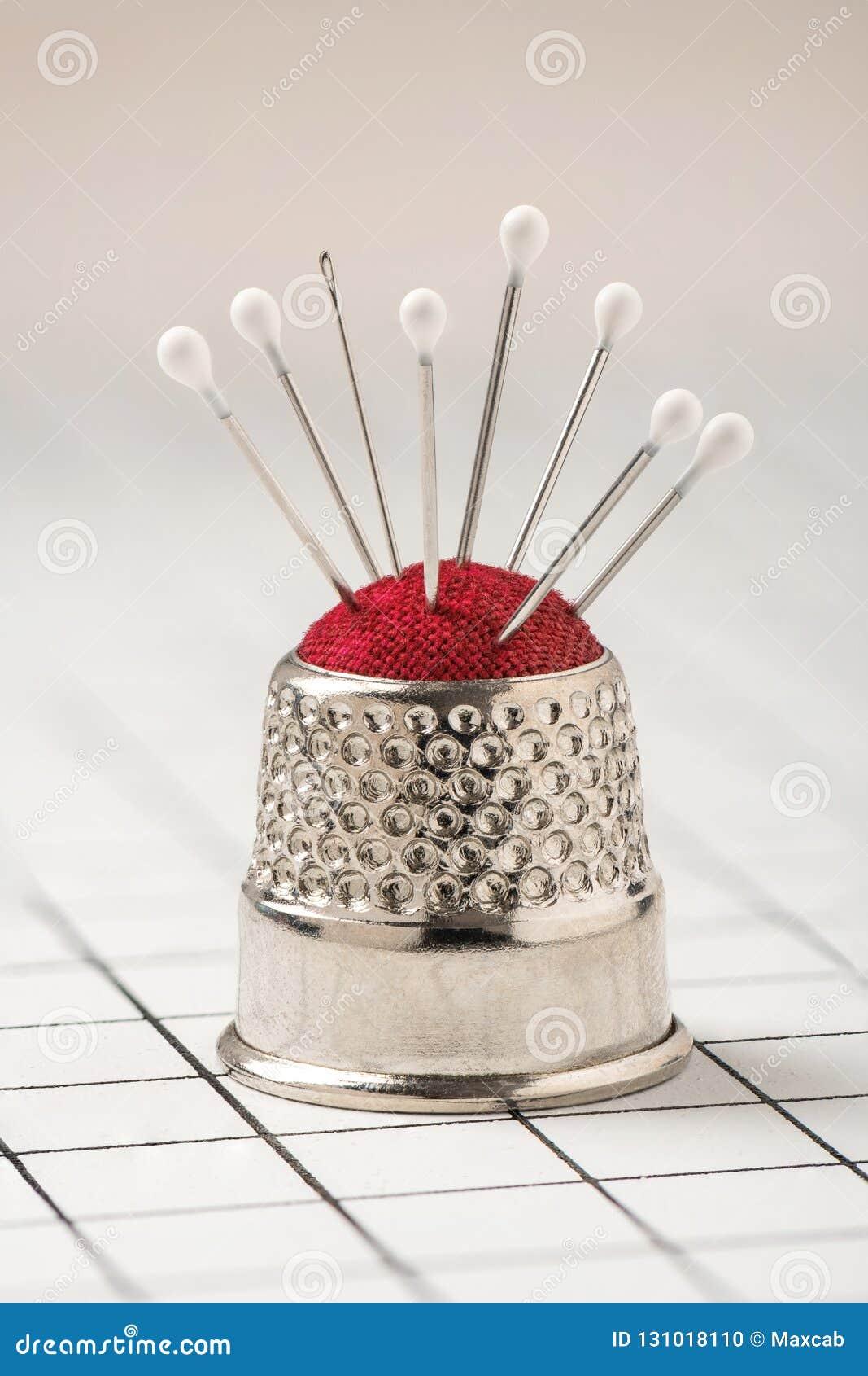 Валик Pin стилизованный как кольцо со штырями и иглой, макросом ...