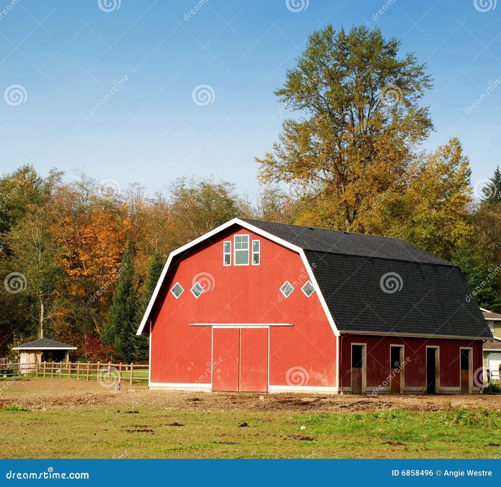валы красного цвета амбара осени