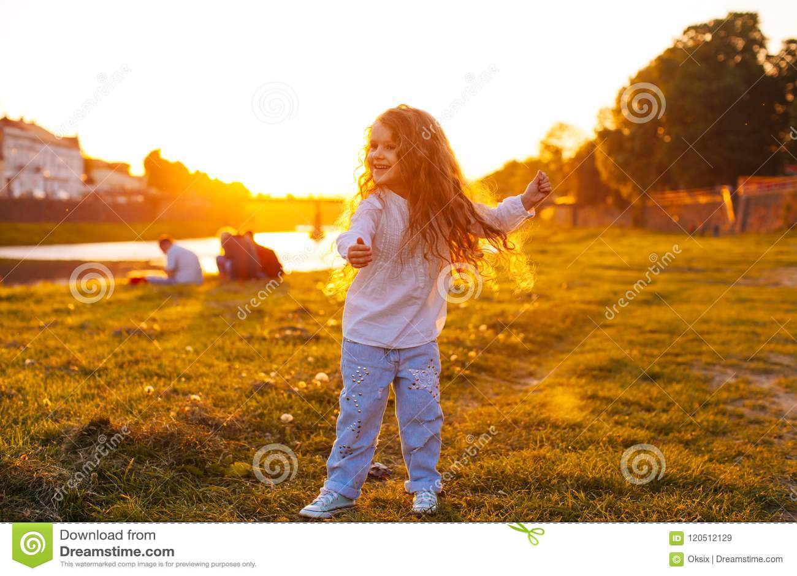 Вальс ` s детей на заходе солнца