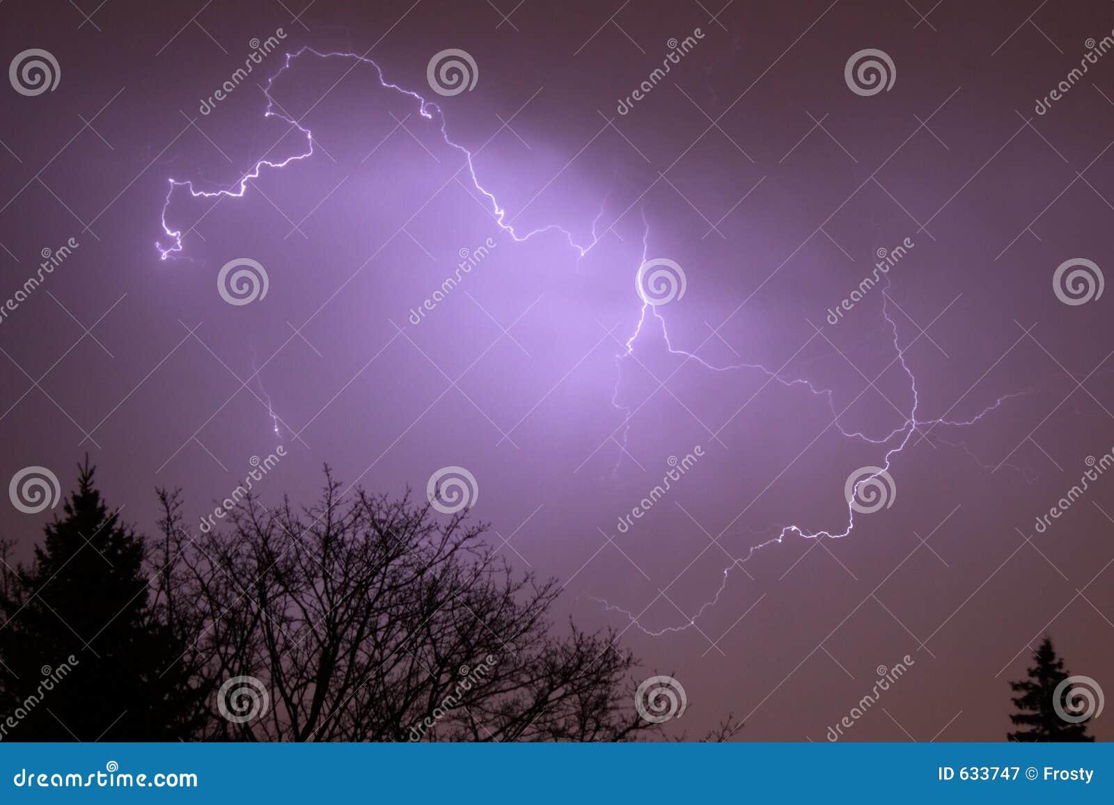 Download вал молнии верхний стоковое изображение. изображение насчитывающей ливень - 633747