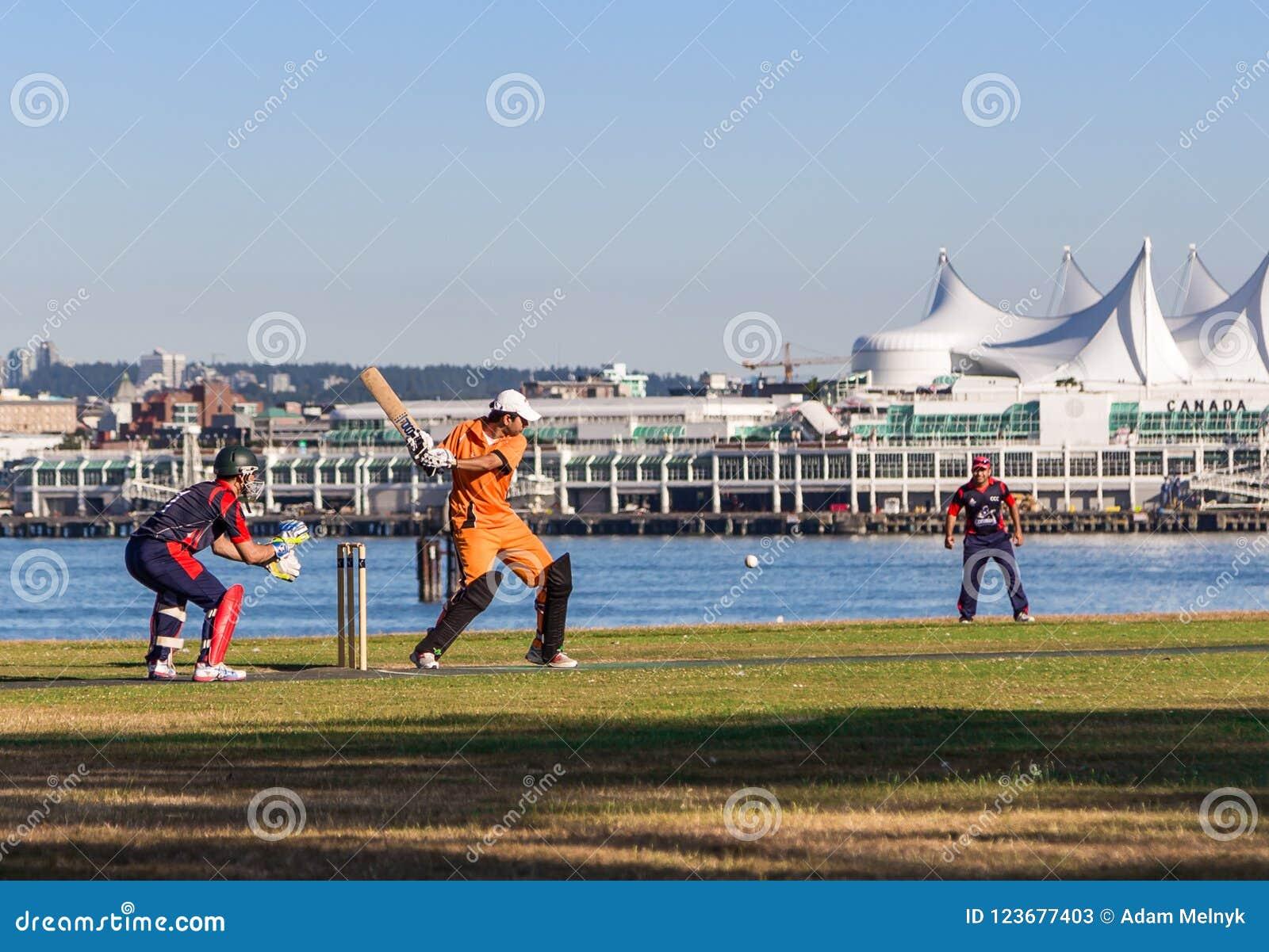 ВАНКУВЕР, ДО РОЖДЕСТВА ХРИСТОВА, КАНАДА - 19-ОЕ ИЮЛЯ 2015: Молодые человеки играют сверчка на поле перед местом Канады