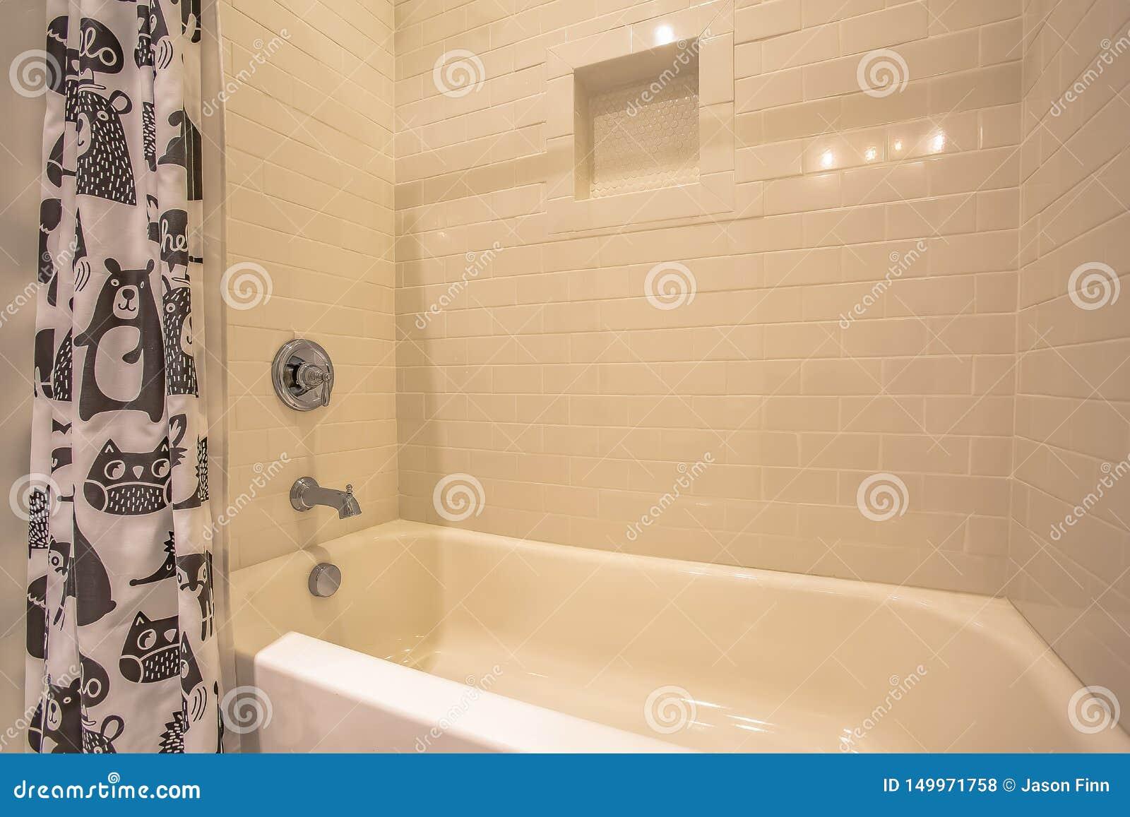 Ванна и ливень внутри bathroom с лоснистой белой стеной
