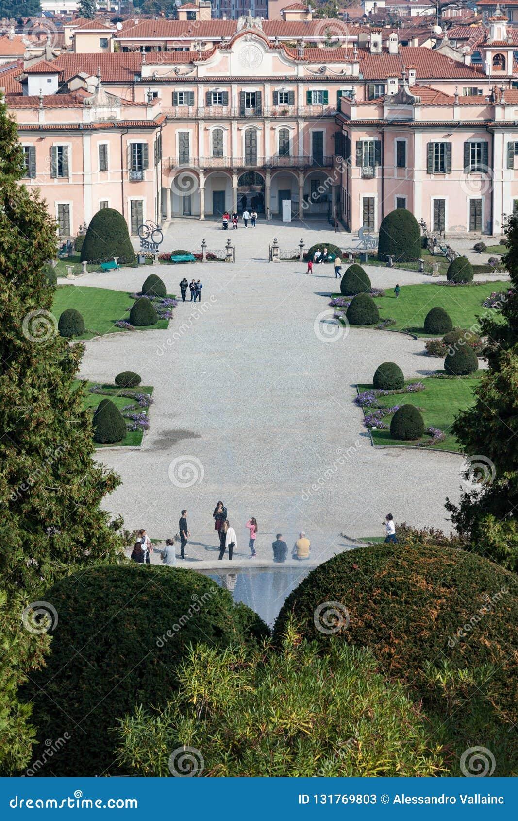 Варезе ОКТЯБРЬ 2018 ИТАЛИЯ - цветки против дворца Estense, или Palazzo Estense