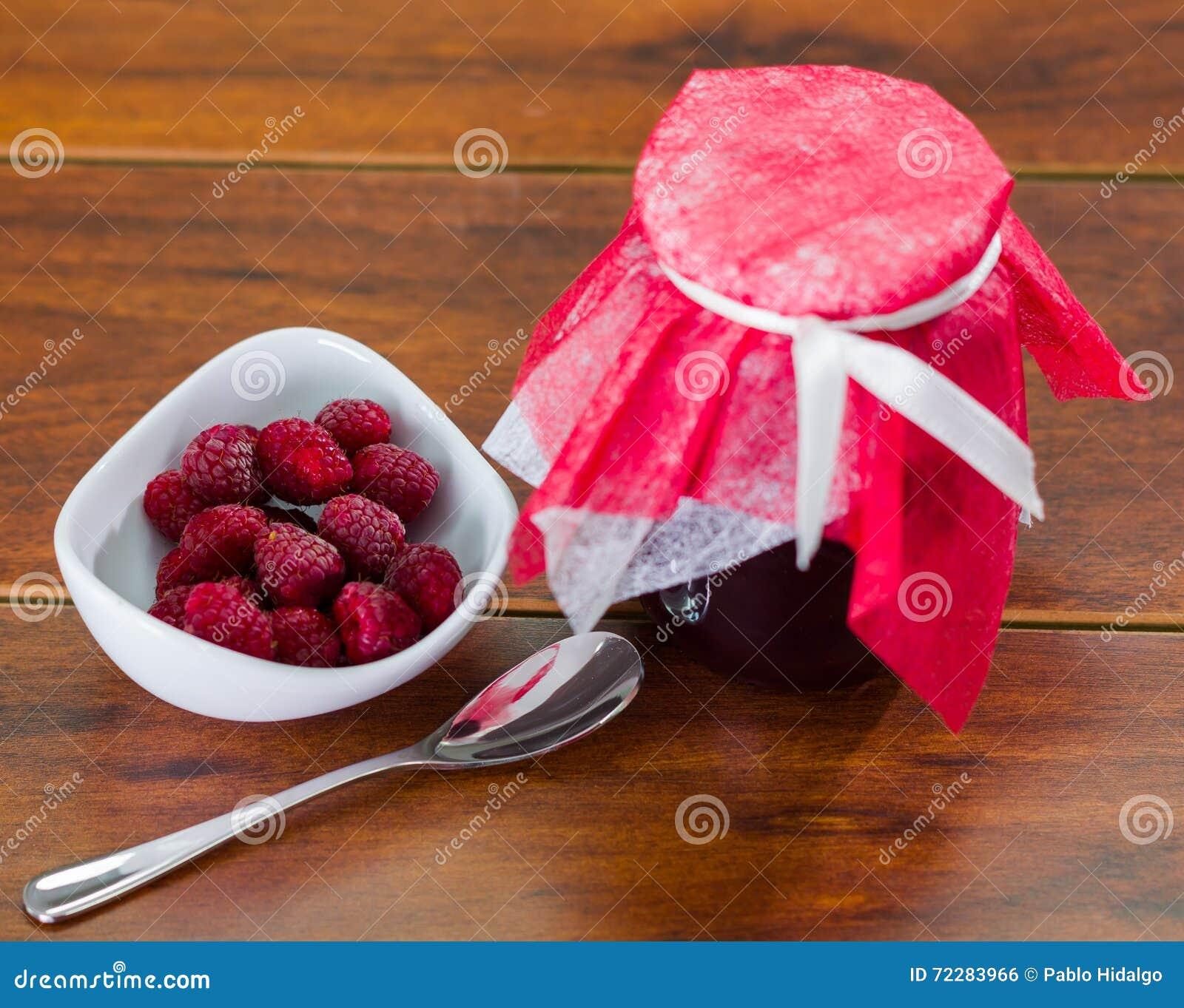 Download Варенье поленики домодельное в баке стекла, плодоовощей на стороне с ложкой Стоковое Фото - изображение насчитывающей поленика, студень: 72283966