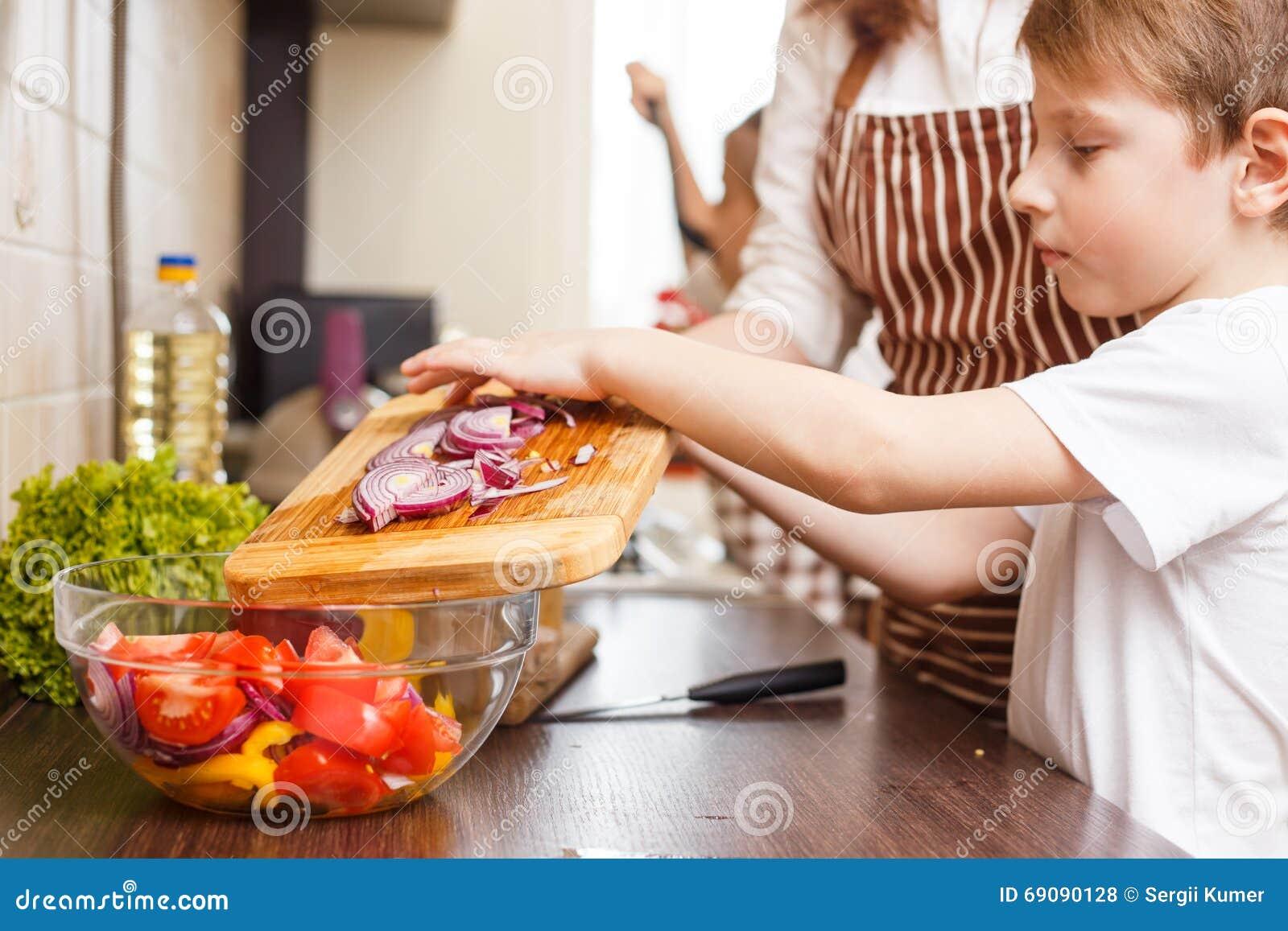 Мама на кухне онлайн