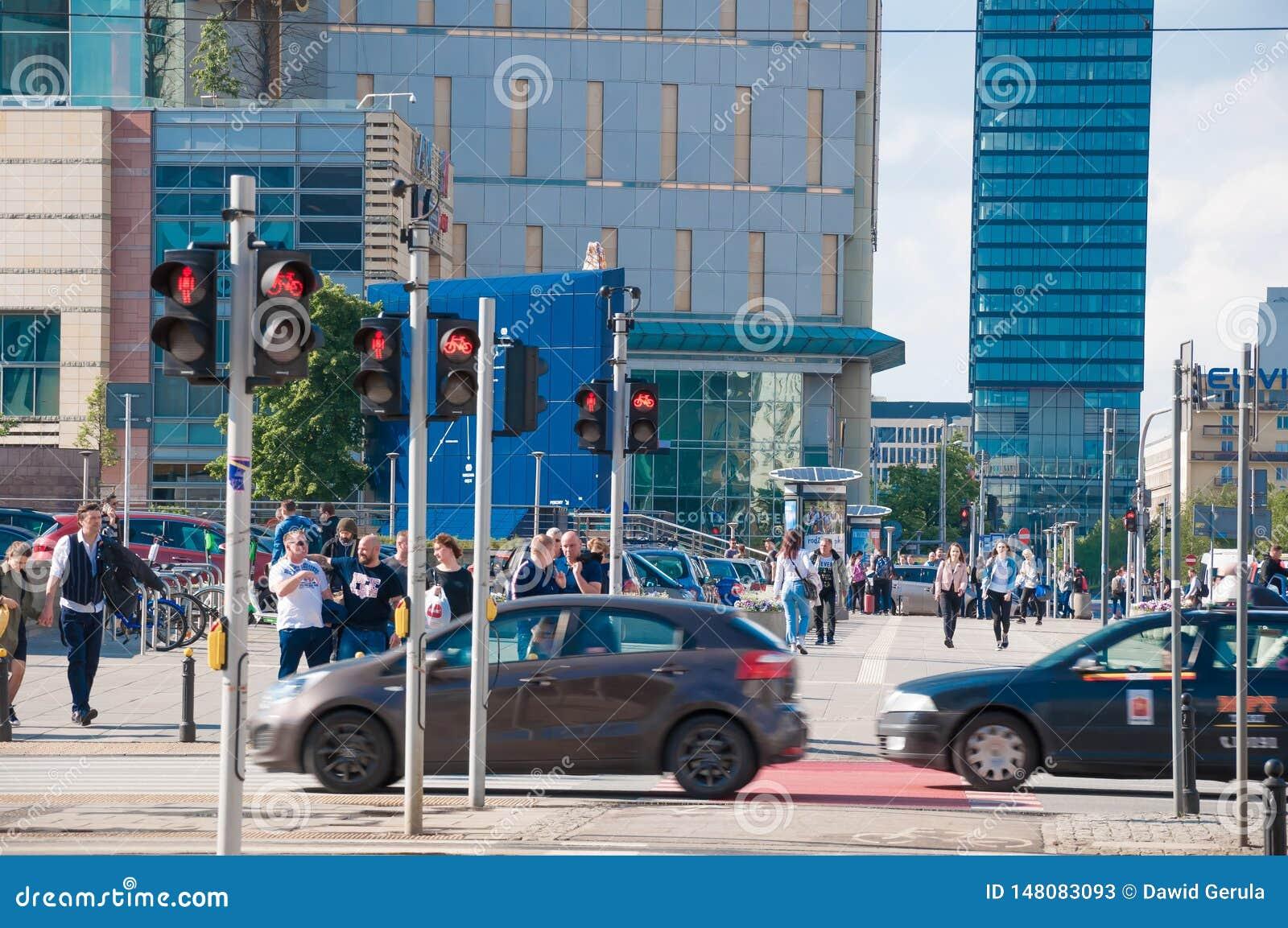 ВАРШАВА - 19-ОЕ МАЯ: Люди trespassing пешеходный переход в центре города Варшавы 19-ого мая 2019 в Варшаве, Польше E