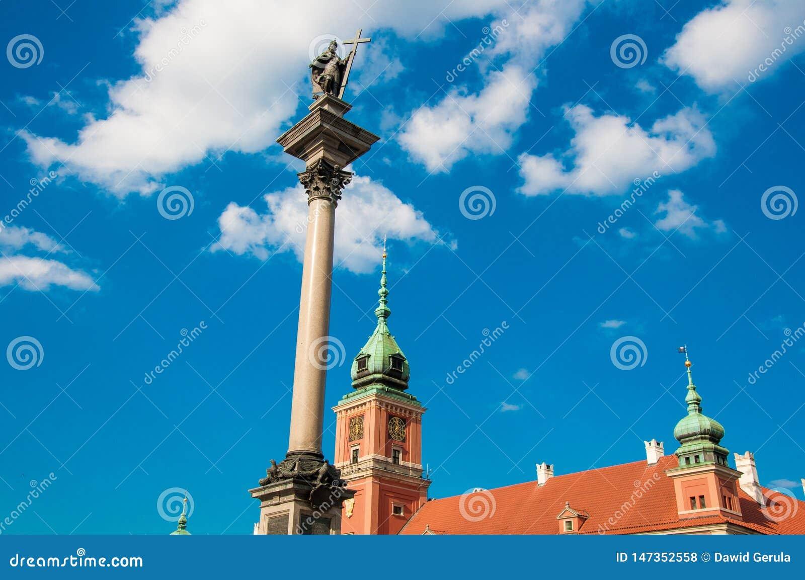 Варшава Польша - май 2019: Старого Столбца городка, квадрата Plac Zamkowy замка, королевского замка и короля Sigmund s Вид с возд