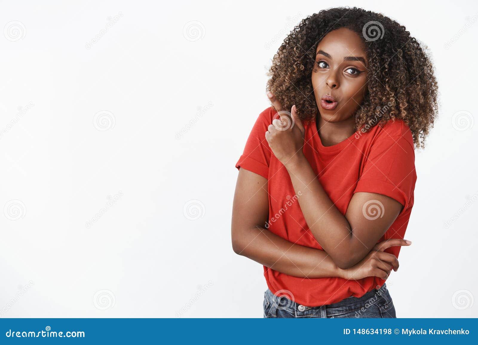 Вау интересный Портрет позабавленной и удивленной привлекательной молодой Афро-американской женщины 25s в красной складчатости фу