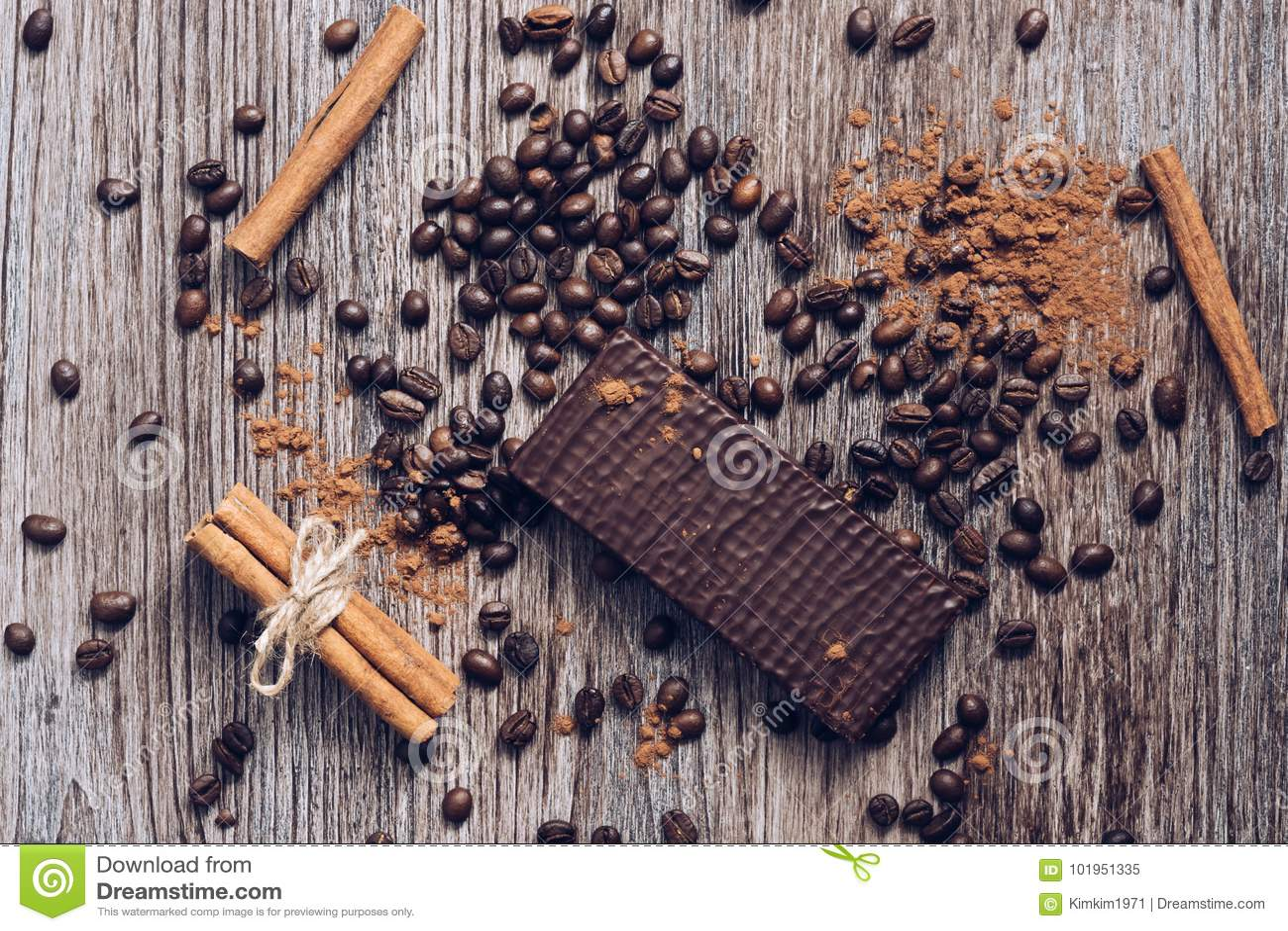 Вафли в шоколаде на деревянном столе с кофейными зернами и бурым порохом над взглядом