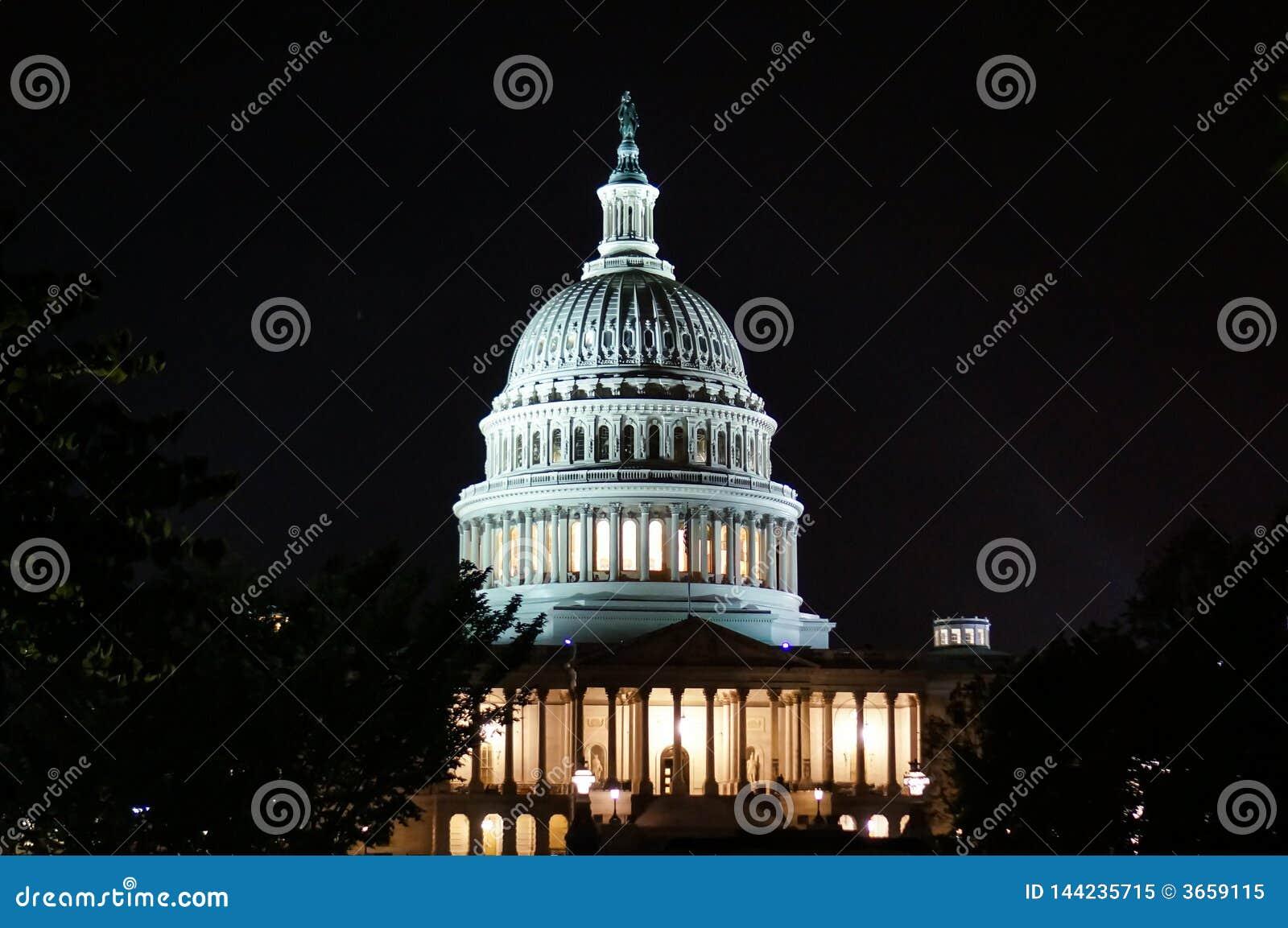 Вашингтон, DC, США 08 18 2018 Здание капитолия США со столбцами конец вверх ноча