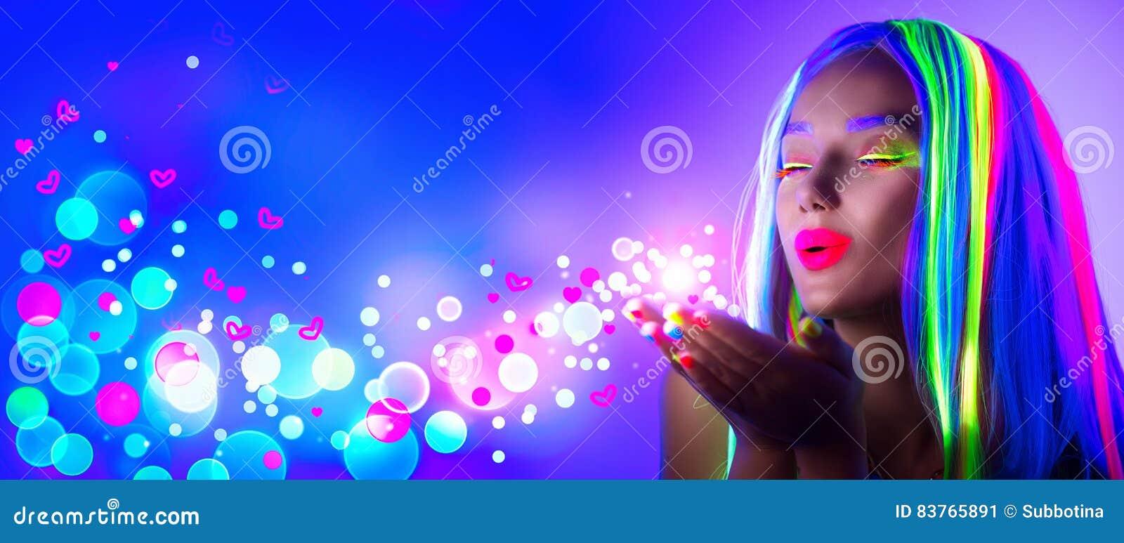 Валентайн дня s Девушка красоты на партии диско в неоновом свете