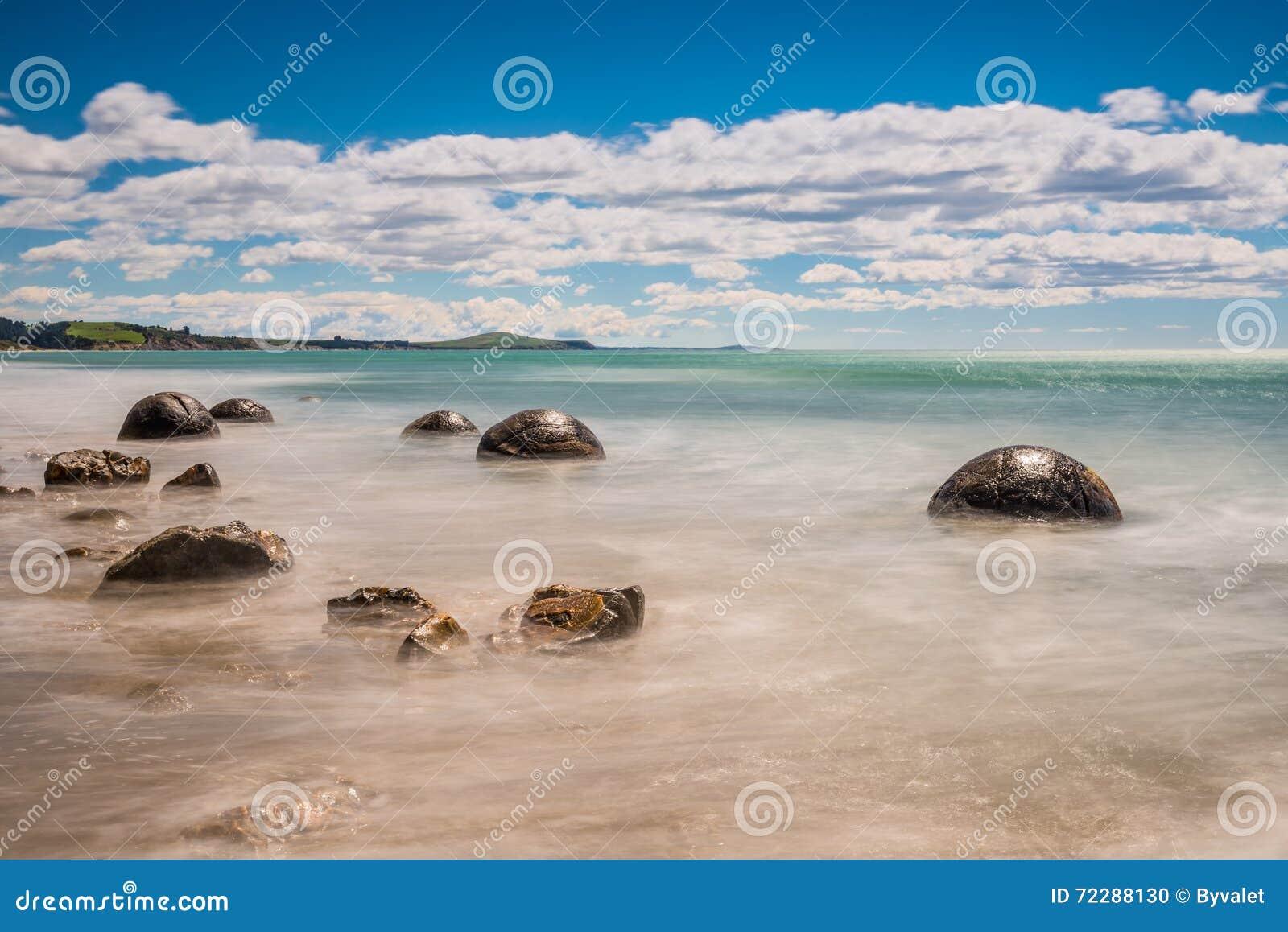 Download Валуны Moeraki в Otago, южном острове Новой Зеландии Стоковое Фото - изображение насчитывающей величественно, треснуто: 72288130