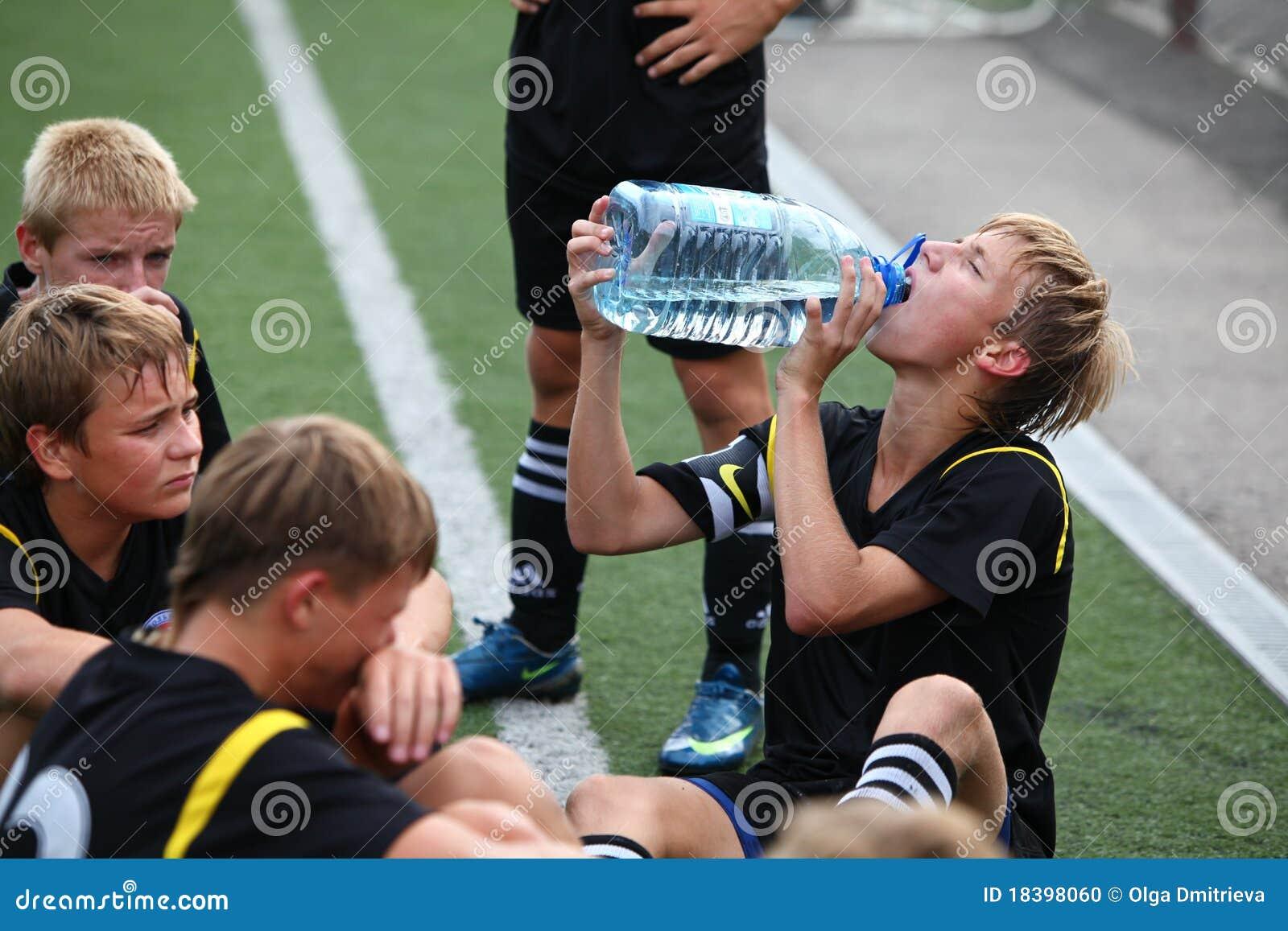 ввпейте воду времени игроков футбола вне