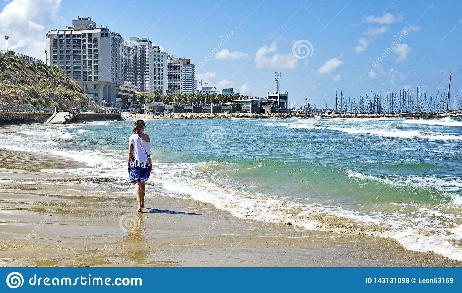 вдоль гулять seashore девушки