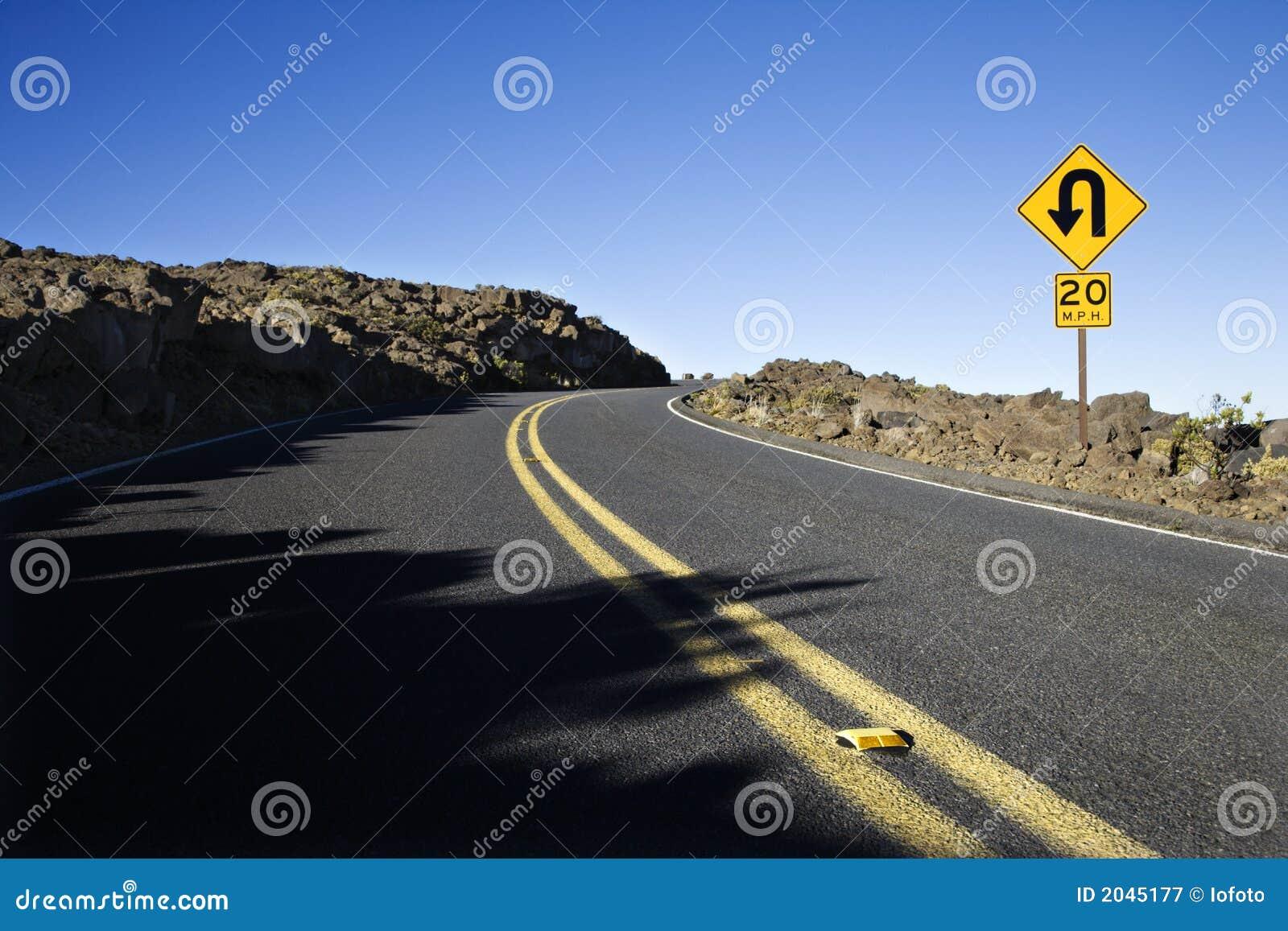 вдоль дорожного знака кривого