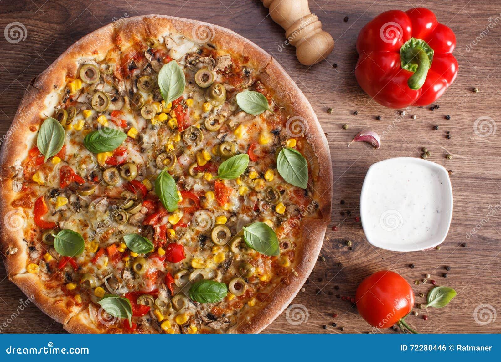 Download Вегетарианские пицца и ингридиенты с специями на деревенской деревянной предпосылке, фаст-фуде Стоковое Фото - изображение насчитывающей деревянно, маис: 72280446