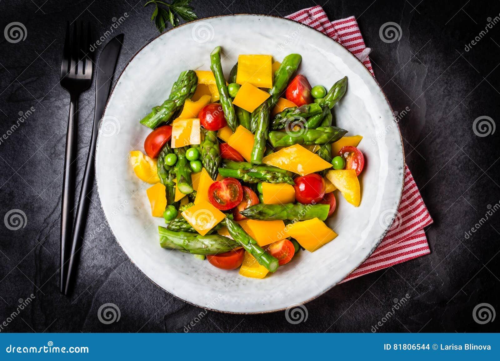 Вегетарианский салат с спаржей, томатами вишни, болгарским перцем, предпосылкой шифера