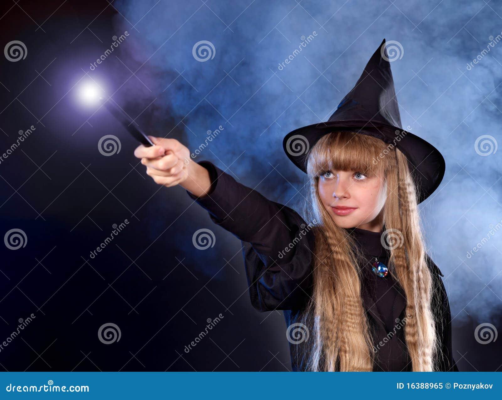 Девушка с жезлом в руках фото