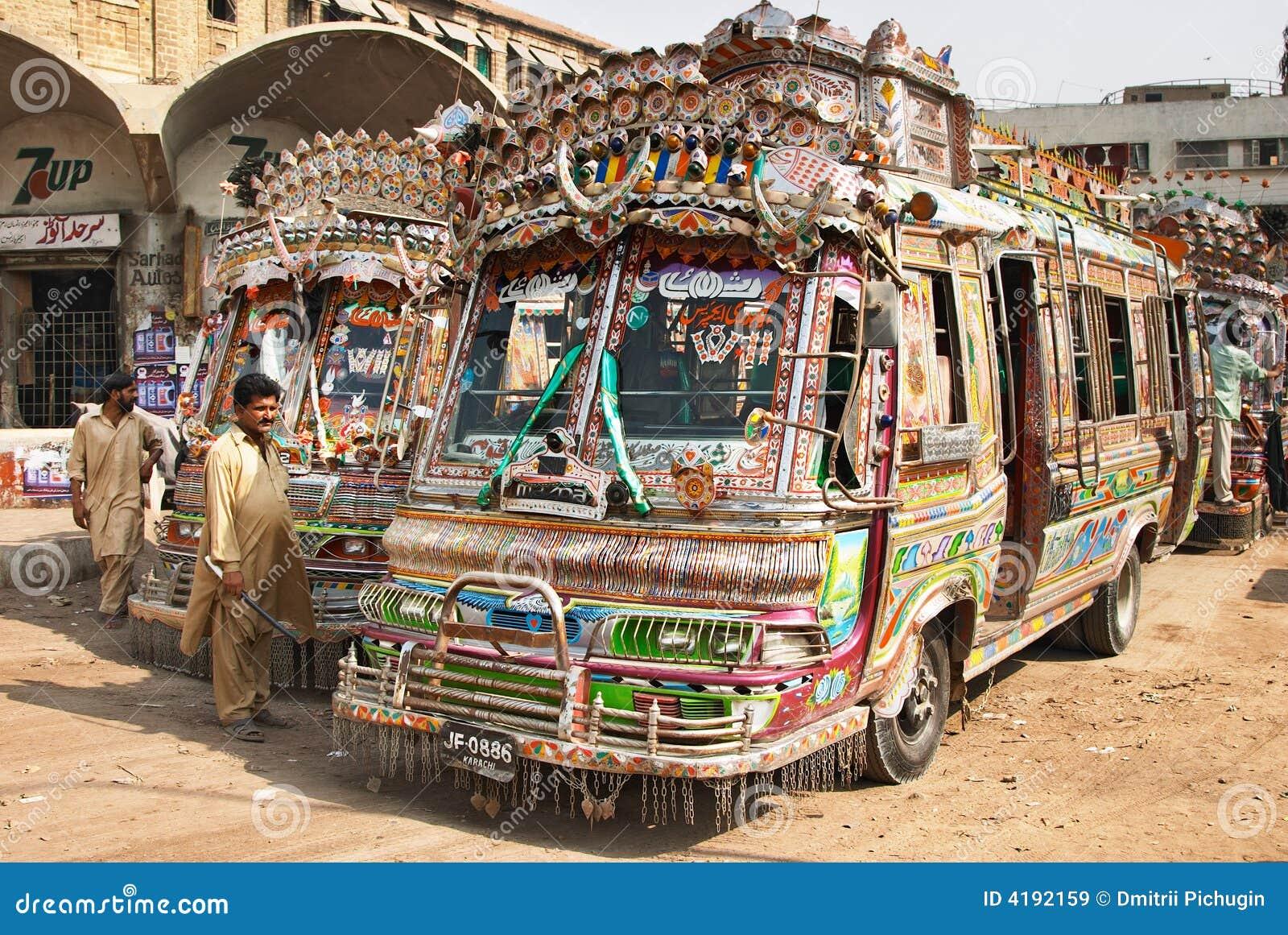 везет местных пакистанцов на автобусе