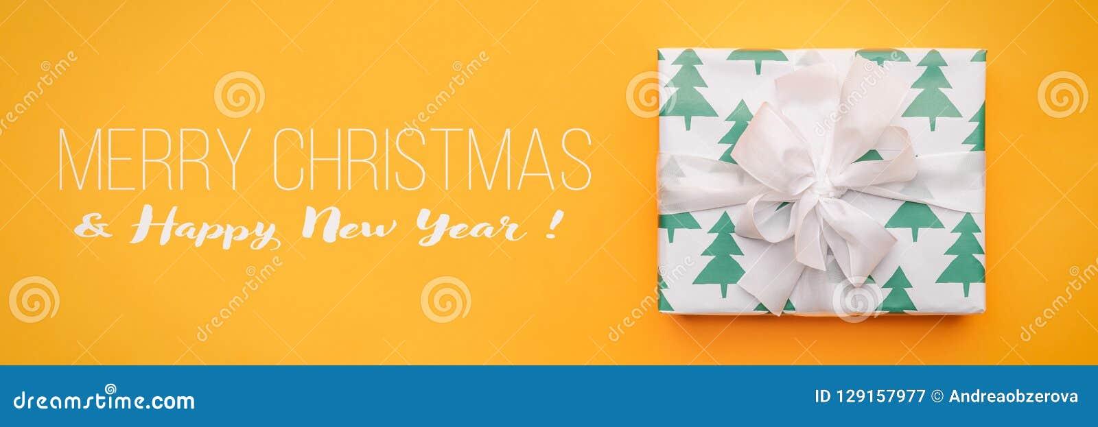 вектор иллюстрации рождества eps10 знамени Красивый подарок рождества изолированный на яркой желтой предпосылке Покрашенная бирюз