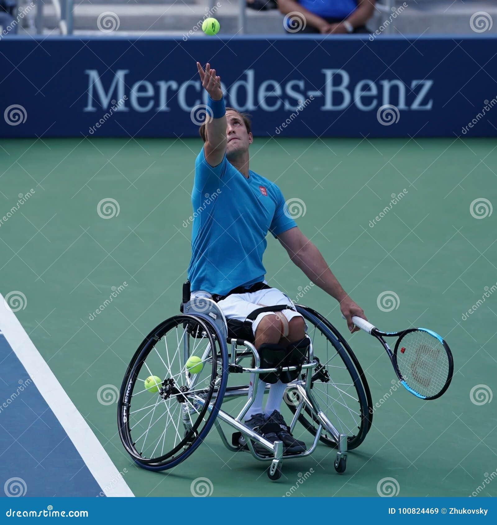 Великобританский профессиональный теннисист Гордон Reid кресло-коляскы в действии во время США раскрывает людей 2017 кресло-коляс