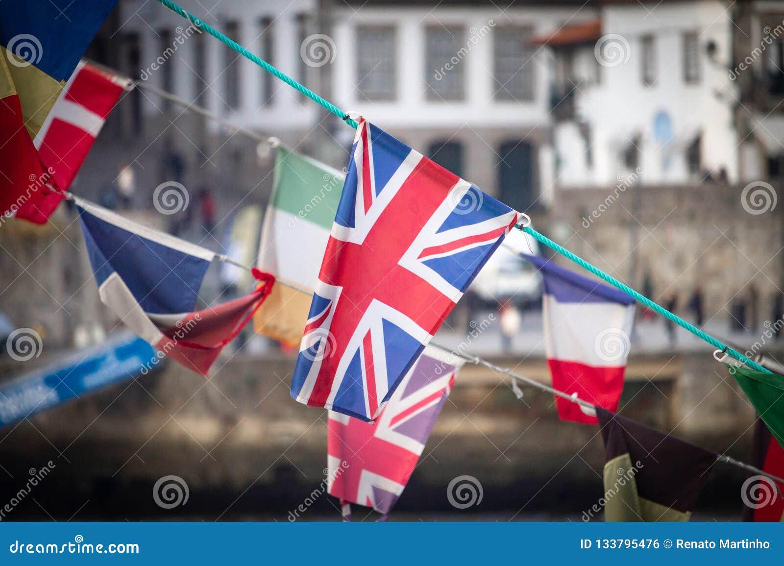 Великобританский флаг между другими флагами