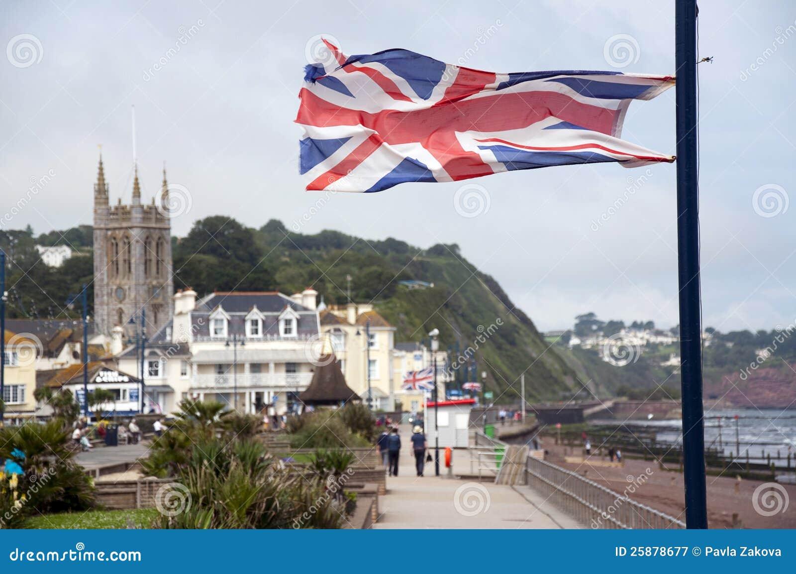 Великобританский флаг на английском городке взморья