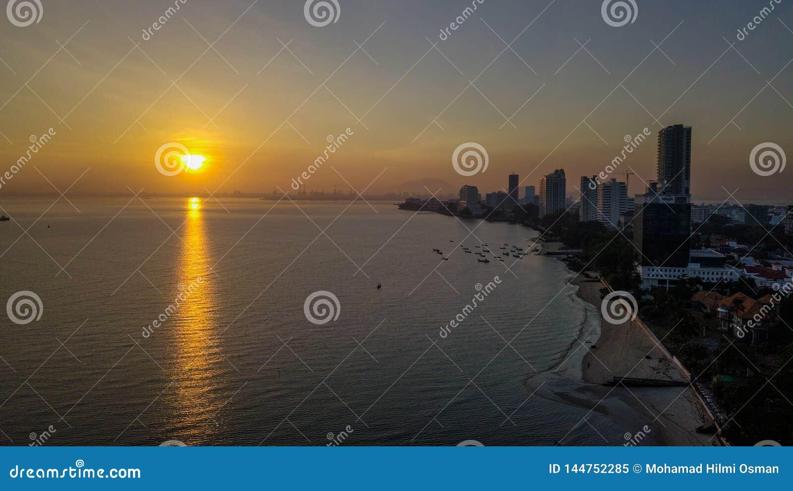 Великолепный вид с воздуха восхода солнца в penang Малайзии