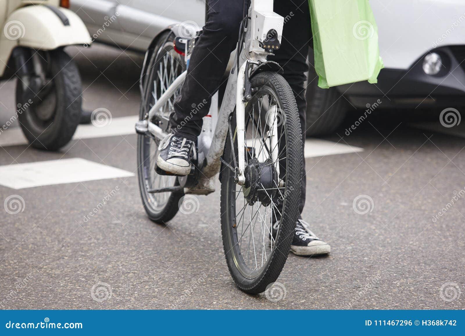 Велосипед в городе движение урбанское Здоровая деятельность отсутствие загрязнения