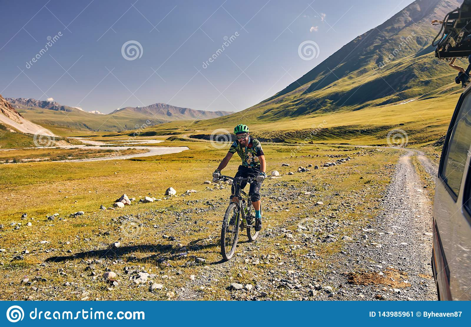 Велосипед езды человека в горах