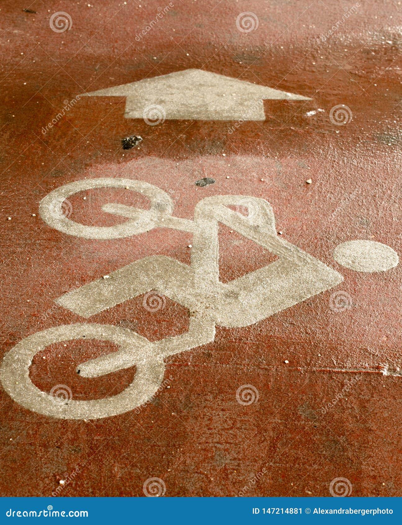 Велосипед со знаком водителя покрашенным на поле со стрелкой