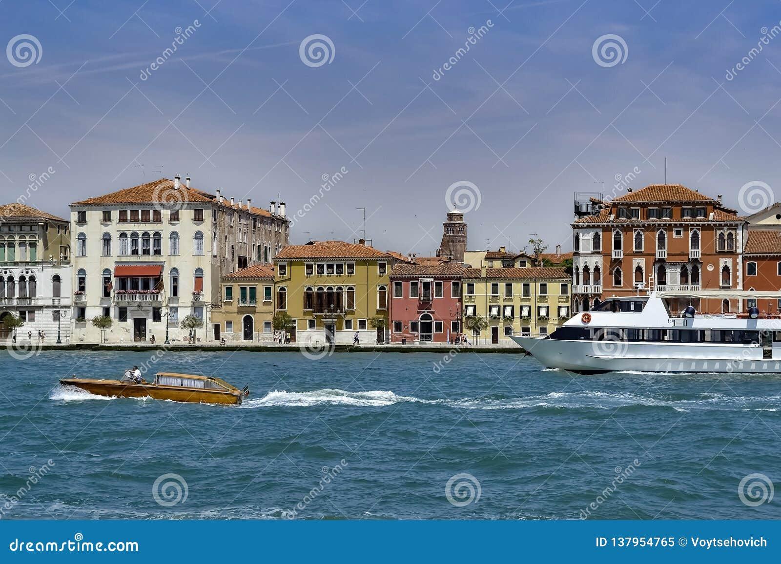 Венецианские дома в езде канала Giudecca долины